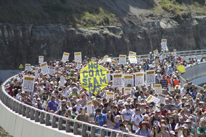 Three thousand people marched over the Seacliff Bridge near Clifton against coal seam gas mining on October 16. Photo: Michael O'Brien/Stop CSG Illawarra.
